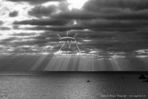 Sonnenstrahlen Wolken Meer Mittelmeer Schwarz Weiß