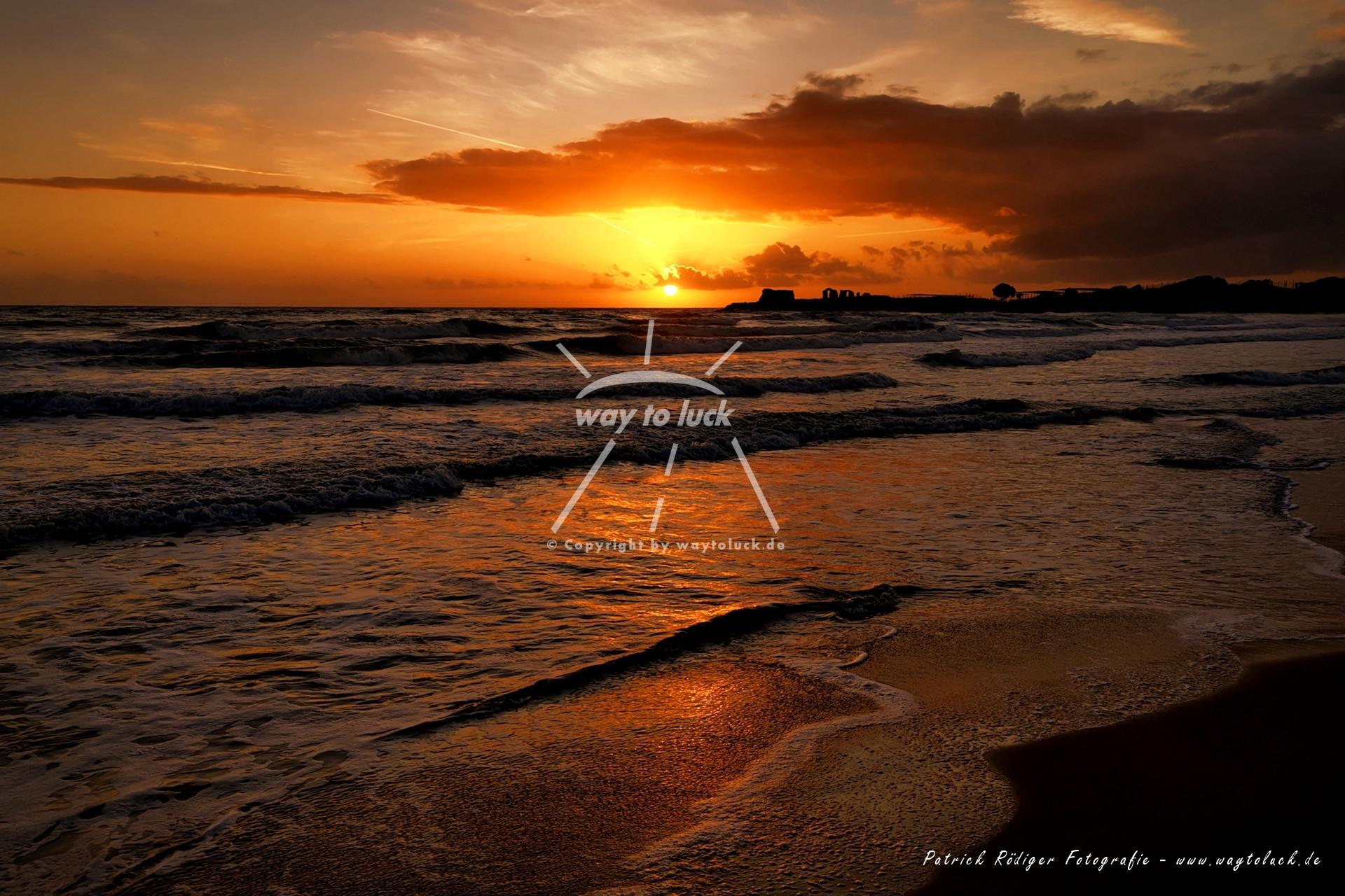 Roter Sonnenuntergang Sizilien Strand Meer Wolken