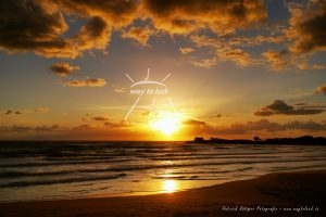 Goldener Sonnenuntergang Sizilien Strand Meer Wolken