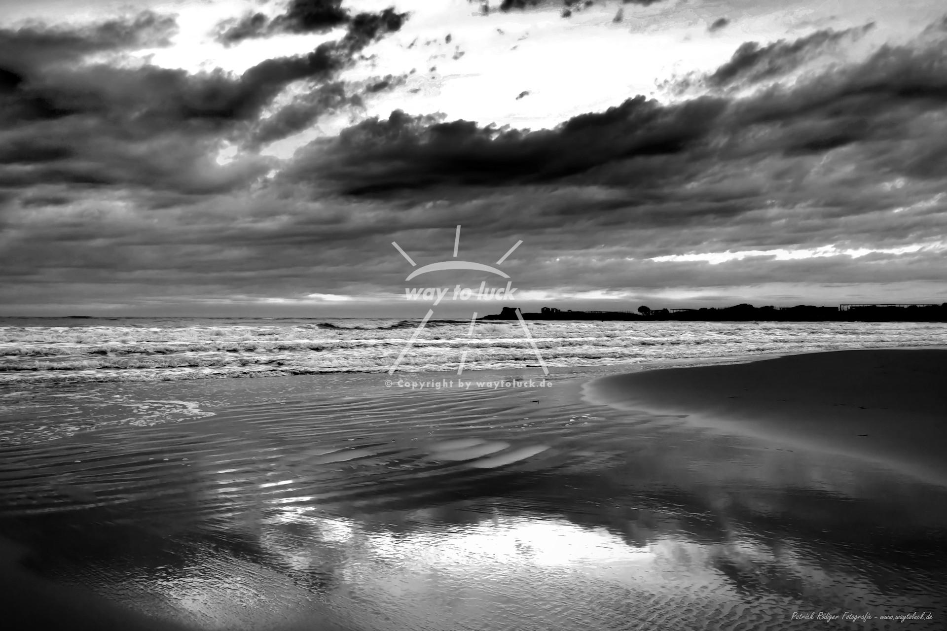 Spiegelung Strand Meer Wolken Sizilien Schwarz Weiß