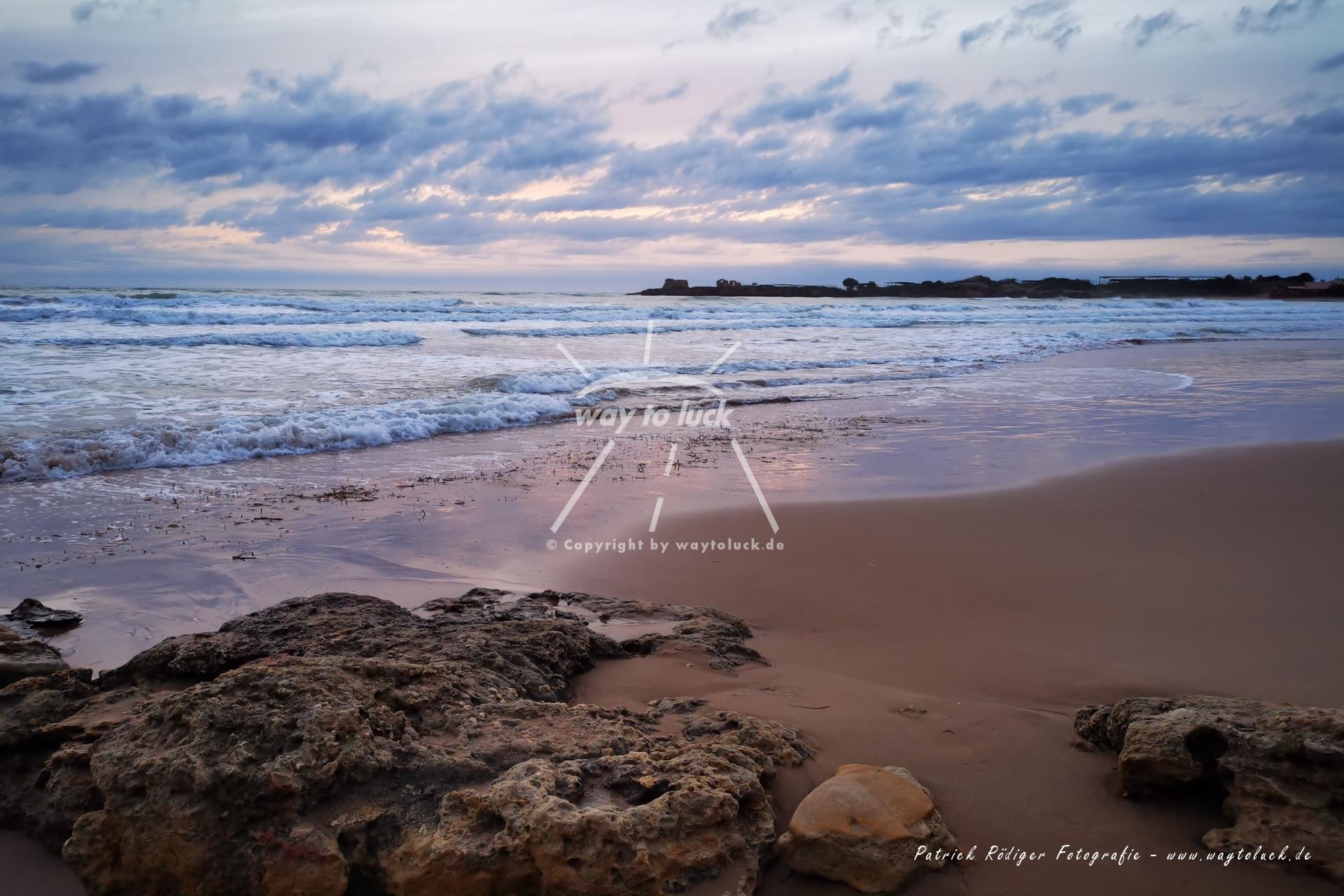 Steine Strand Meer Wolken Sizilien